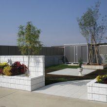 白い門塀にグリーンが映えます NO.8の施工写真