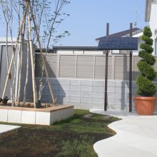 白い門塀にグリーンが映えます NO.8の施工写真2