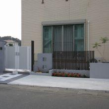 市松模様のタイルにモダンな門扉 NO.40の施工写真1