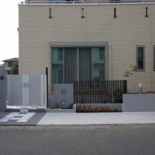 市松模様のタイルにモダンな門扉 NO.40の施工写真2