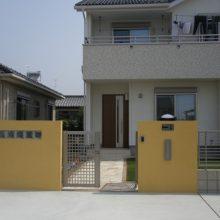 青い空に映える黄色の門塀 NO.37の施工写真3