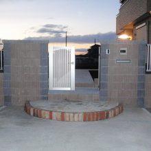 2色のブロックを利用した門塀 NO.70の施工写真3