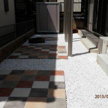 タイルが庭石のアクセント NO.160の施工写真