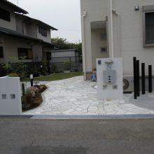 石貼りアプローチの上に白壁で目立たせて NO.19の施工写真