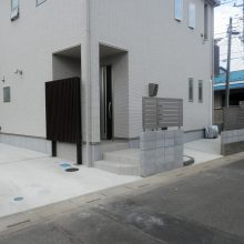 玄関をスリットフェンスで目隠し NO.454の施工写真1