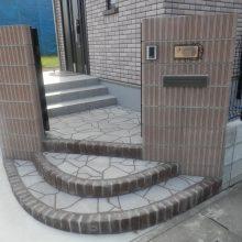 化粧ブロックの門柱にスプレーコンクリートのステップ NO.475の施工写真1