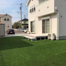ラステラのウッドデッキと人工芝でさわやかなお庭に NO.587の施工写真1