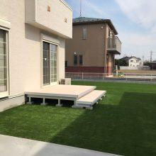 ラステラのウッドデッキと人工芝でさわやかなお庭に NO.587の施工写真