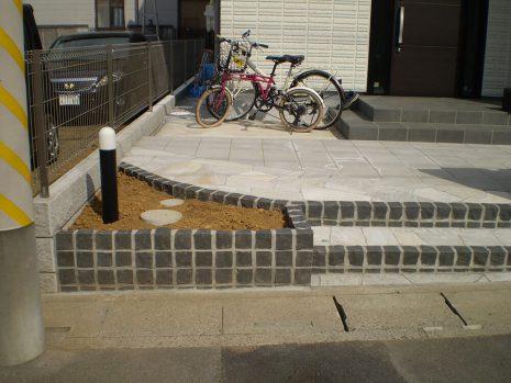 石貼りのアプローチと植物の融合 NO.611の施工前写真1