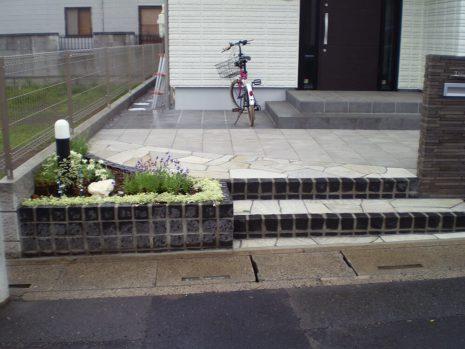 石貼りのアプローチと植物の融合 NO.611の施工後写真1