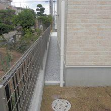 雑草対策に芝生と砕石 NO.637の施工写真1