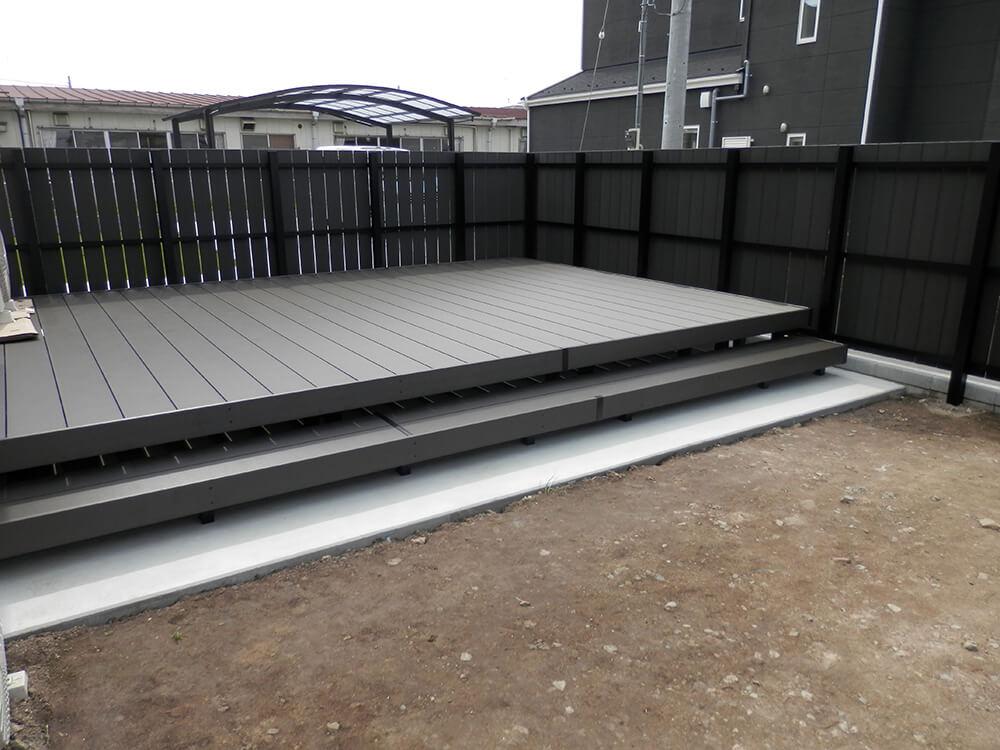 黒いフェンスとウッドデッキ NO.668の施工写真2