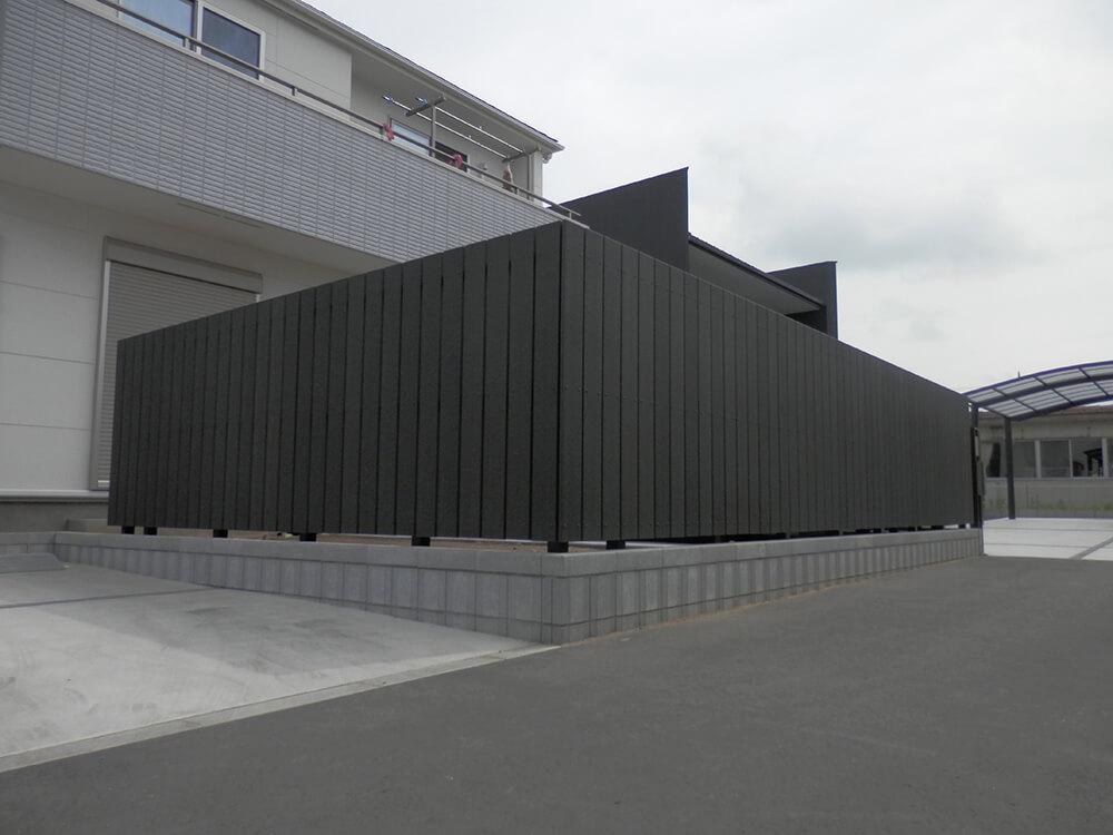 黒いフェンスとウッドデッキ NO.668の施工写真