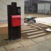木目の機能門柱に赤いポスト NO.822の施工写真1