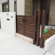白い壁に木目と石貼りアプローチ NO.903の施工写真