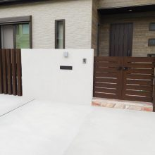 白い壁に木目と石貼りアプローチ NO.903の施工写真1