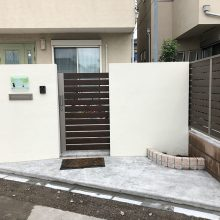 木調色の門扉とフェンスでクローズ外構 NO.1151の施工写真メイン
