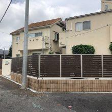 木調色の門扉とフェンスでクローズ外構 NO.1151の施工写真1